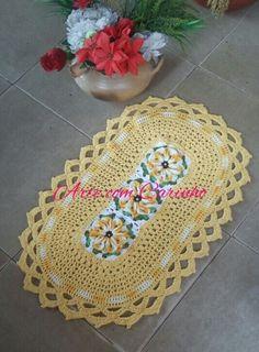 Jogo de cozinha em croche parte 1 tapete para fogão Crochet Videos, Crochet Designs, Floor Rugs, Handmade Rugs, Free Pattern, Embroidery, Blanket, Crochet Carpet, Diy And Crafts
