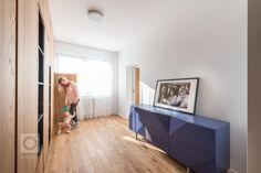 Velký byt znamená velké možnosti změn, pokud není většina stěn nosná, jako v případě tohoto bytu. Nám se navzdory omezeným možnostem zásahů podařilo funkce… Bratislava, Halo, Divider, Room, Architects, Furniture, Home Decor, Bedroom, Decoration Home