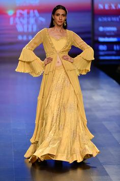 Karishma Deepa Sondhi at Lotus Make-Up India Fashion Week spring/summer 2019 India Fashion Week, Lakme Fashion Week, Muslim Fashion, Ethnic Fashion, Women's Fashion, Indian Dresses, Indian Outfits, Western Outfits, Manish Malhotra Designs