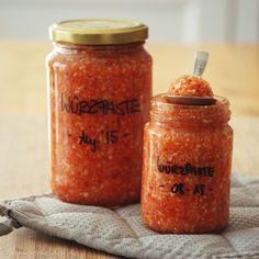 >> ergibt ca 3 Liter Paste, dh: 15 Schraubgläser a 200ml, 10 a 300ml oder 6 a 500ml Zutaten: 500g Sellerie (küchenfertig), 500g Karotten (küchenfertig), 500g Lauch (küchenfertig), 500g Tomaten, 500g Zwiebeln (küchenfertig), 250g Petersilienwurzel (küchenfertig), 2 Paprikaschoten, 4 Knoblauchzehen, 500g Salz Zubereitungszeit: 1h