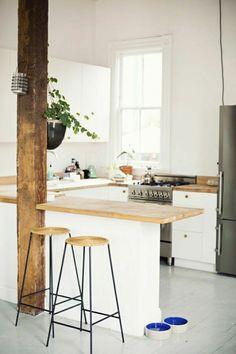 chaise haute en bois, plante verte, chambre blanche avec beaucoup de lumière, plantes vertes