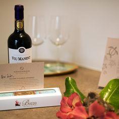 Ao chegarmos em nosso quarto no@hotelhangaroa tivemos a ótima surpresa de encontrar uma carta carinhosa nos desejando uma experiência única e inesquecível além de um premiado vinho @viumanentwinery e chocolates chilenos da @bozzochocolates tem como não se apaixonar por um lugar assim???  - - - - - - - - - - -  #isladepascua #Chile #moai #beautifuldestinations #hotelhangaroa  #rapanui #easterisland #magia #energia #maravilladelmundo #esencias #paisajes #belleza  #hangaroa #Manavai…