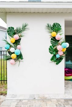 Today's poolside Palm Springs inspired engagement party is meant to celebrate trendy, young lovers everywhere! With pops of color, tropi. Aloha Party, Party Kulissen, Tiki Party, Festa Party, Ideas Party, Shower Party, Hawaiin Theme Party, 30th Party, Shower Games