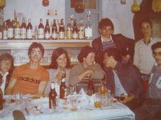 1980, η νεολαία διασκεδάζει στο μαγαζί του Μπέη. Λειβάδια, Ανδρος.