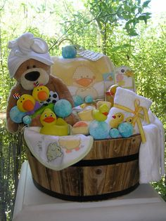baby gift basket idea best gift skets ideas on shower gift regarding modern home by gift sket ideas remodel baby shower gift basket ideas for guests Regalo Baby Shower, Baby Shower Gift Basket, Unique Baby Shower Gifts, Theme Baskets, Baby Baskets, Laundry Baskets, Raffle Baskets, Baby Bath Gift, Diy Cadeau