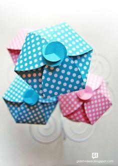 Gi det videre: Sukkerfeens gaveeske - The Sugar Fairy's cupcake gift box tutorial Cupcake Gift, Cupcake Boxes, Cupcake Holders, Paper Cupcake, Pretty Packaging, Box Packaging, Cupcake Packaging, 3d Templates, Diy Cadeau