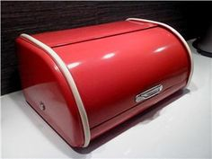Retro röd brödburk i plåt