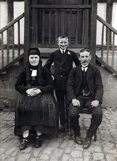 """""""Familie aus Buchenau vor ihrem Haus, um 1920"""", in: Historische Bilddokumente <http://www.lagis-hessen.de/de/subjects/idrec/sn/bd/id/28-042> (Stand: 8.3.2011) #Biedenkopf"""