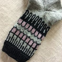 Ravelry: Socke pattern by Kerstin Balke Knitting Socks, Knitted Hats, Knit Patterns, Stitch Patterns, Crochet Christmas Decorations, Cool Socks, Awesome Socks, Felted Slippers, Baby Socks
