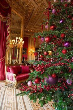 red and purple Christmas tree Noel Christmas, Christmas Colors, Winter Christmas, Christmas Crafts, Christmas Photos, Country Christmas, Victorian Christmas Tree, Christmas 2019, Christmas Nails