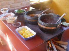 Este cantinho é muito especial. Comida feita no fogão à lenha, como na casa de minha avó, é sempre mais gostosa. Lá no sítio, em Timbaúba, Pernambuco, ela levantava cedinho (4:30 da matina) acendia o fogo, colocava a canjica para cozinhar (já estava de molho desde ontem) e ia para a casa de farinha trabalhar.