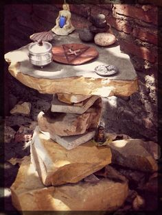 Another idea for an outdoor Pagan altar - stacked stones. Wiccan Witch, Wicca Witchcraft, Magick, Wicca Altar, Pagan Alter, Sabbats, Book Of Shadows, Stacked Stones, Meditation Corner