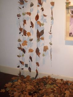 Autumn leaves for fall store display. School Displays, Classroom Displays, Classroom Decor, Autumn Display Classroom, Autumn Display Eyfs, Autumn Display Boards, Autumn Crafts, Nature Crafts, Autumn Eyfs