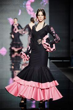 traje-flamenca-negro-volantes-rosa