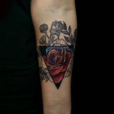 Wonderful work. I just love it! @arturas.mileris #tattoo #inkedgirls #flower #triangle #tattoolife #tattooed