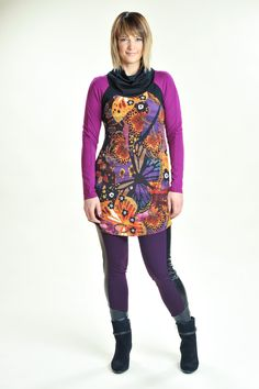 Knit tunic made with patterned polyester and lycra. Sleeves and neck are made with wood viscose, which confers advantageous properties of the natural materials. Tunique en tricot à motifs de polyester et lycra. Manches et col en viscose de bois et spandex.