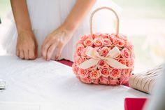idea originale bouquet sposa a forma di borsetta. foto Innocenti Studio