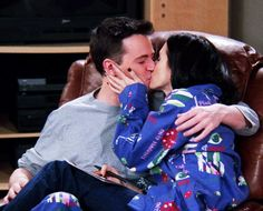 Nine Reasons Why Monica And Chandler Are The Perfect Couple Friends Tv Show, Tv: Friends, Serie Friends, Friends Moments, Friends Forever, Friends Cast, Perfect Couple, Best Couple, Friends Chandler And Monica