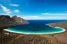 A Tasmânia é uma ilha-Estado da Austrália localizada a 240 km da costa sudeste do país. Uma espécie de ilha mágica, ela lembra os cenários lúdicos dos contos de fada, cheia de cachoeiras escondidas, trilhas que levam a florestas com árvores retorcidas e animais que você não encontra em nenhum outro lugar do mundo. O local pode ser considerado um dos mais exclusivos da região.