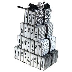 Isoista tulitikkuaskeista valmistettu joulukalenteri.