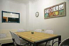 Proyecto de decoración con muebles reciclados de Las Tres Sillas para la empresa Coto Consulting en Valencia Valencia, Conference Room, Table, Furniture, Home Decor, Recycled Furniture, Chairs, House Decorations, Blue Prints