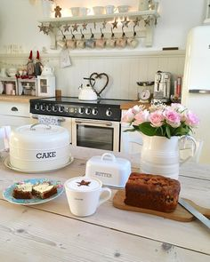 """616 Likes, 18 Comments - Pauline - Hugs & Hearts 💗 (@hugsandhearts_) on Instagram: """"💕Everything stops for coffee and cake 💕#cottage #countryhome #livingthedream #homemadecake…"""""""