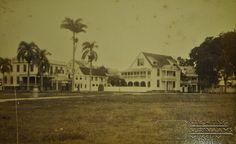 Onafhankelijkheidsplein met links het 'Hoekhuis' en rechts daarvan de Dixie-bar. Collectie T. Lens.  Datum: 1891-1894 Locatie: Suriname Vervaardiger: Inv. Nr.: SSM-0727-02-47 Fotoarchief Stichting Surinaams Museum