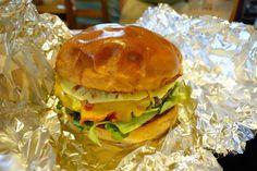 初めてはオマカセ生パインのスライスと手切りのナチュラルチーズ黒毛和牛のパティのプレミアムパイナップルチーズバーガー ちゃんと目の前で作るところを初めから説明して頂きました 笑#food #foodporn #meallog #burger #burger_jp #ハンバーガー # #tw