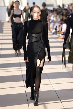 Discover recipes, home ideas, style inspiration and other ideas to try. Dark Fashion, High Fashion, Fashion Show, Fashion Looks, Fashion Outfits, Fashion Design, Couture Fashion, Runway Fashion, Fashion News