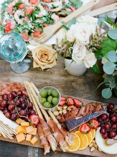 plateau fruits légumes noix prosciutto fromages idee buffet campagnard de mariage original Mini Quiches, Mini Pizza, Dairy, Cheese, Food, Cheese Quiche, Sushi Platter, Meals