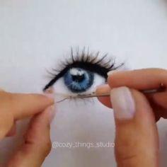 Beautiful Eye Art Beautiful Eye Art A beautiful blue eye made of wool by Cool technique! Needle Felting Kits, Needle Felting Tutorials, Crochet Eyes, Crochet Dolls, Felt Fairy, Eye Painting, Beautiful Blue Eyes, Felt Brooch, Needle Felting