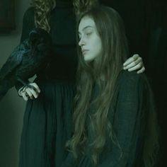 une sorcière apprend a son élève a voyager dans le royaume éthéré , le familier veille sur son esprit a travers son corps pendant le voyage