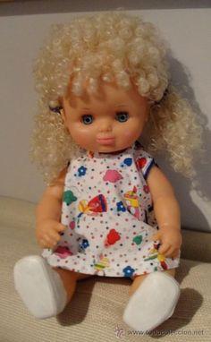 Antigua muñeca de Famosa, creo que pitusina, no estoy segura.