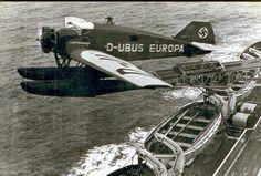 """Momento del lanzamiento de un hidroavión Junkers Ju46 desde el buque alemán """"Europa"""" para adelantar la llegada del correo a su destino"""