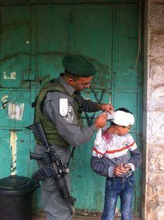 """Les images que vous ne verrez pas en France : un officier israélien soignant un enfant palestinien blessé par une pierre que ses """"amis"""" lancent sur les soldats.."""