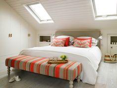 Ideen für Schlafzimmergestaltung mit Dachschräge-hochwertige bettwäsche-bunt gemustert