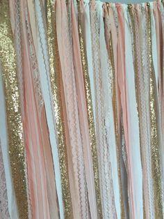 Pfirsich, Rosa & Gold-Glanz-Pailletten gemischt, verschiedene Stoffe und Spitze. Zerrissen und Lappen gebunden - Kanten Ausfransen gedacht sind. Perfekt für Akzentuierung Kuchen zerschlagen Foto Prop, Kuchen Tisch, Kinderzimmer, Türen, Zeremonie Bühne, drapieren, zwischen Bäumen oder als