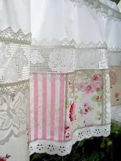 Rosali Bistro-Gardine Landhausstil shabby chicI would use hankies Cottage Shabby Chic, Shabby Chic Mode, Style Shabby Chic, Romantic Cottage, Shabby Chic Bedrooms, Shabby Chic Kitchen, Shabby Chic Decor, Romantic Kitchen, Coastal Cottage