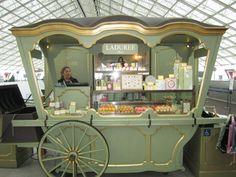 Farmers Market Cart On Wheels Kiosk Design, Cafe Design, Retail Design, Food Trucks, Coffee Carts, Coffee Shop, Laduree Macaroons, Laduree Paris, Cabinets