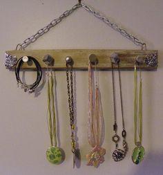 Avec cet objet unique vous pourrez ranger et mettre en valeur vos colliers, bracelets et éviter qu'ils s'emmèlent ou s'abiment dans une boite.   Ce porte bijoux a été réalis - 14420653