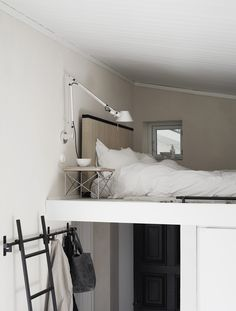 Ideas and inspiration Tiny Furniture, Eclectic Furniture, Small Space Living, Small Spaces, Pella Hedeby, One Room Apartment, Compact Living, Room Setup, Minimalist Bedroom