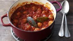 Instead of making up a meatball mixture with minced meat or meats, parmesan, garlic and egg, I simply squeeze the stuffing out of about half a kilo of Italian sausages and roll it into cherry tomato-sized balls.    This dish is perfect for cooking in advance and freezing. Leave to cool, then divide into portions and pour into containers. Place in the freezer and you will always have tasty meatballs on standby.