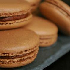 Vous n'avez jamais osé réaliser ces gourmandises raffinées ? Suivez nos recettes et conseils, et devenez le roi du macaron !