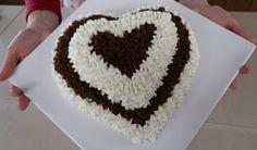 Torta furba panna e cioccolato per San Valentino. Torta a forma di cuore senza stampo, ricetta facile e veloce, elegante e sofisticata