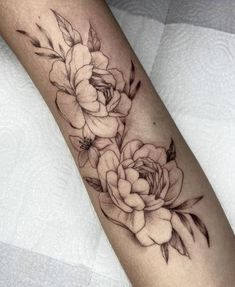 Tatuagem no estilo fineline: Acompanhe 33 tatuadores e 99 projetos - Blog Tattoo2me Tattoos, Flowers, Blog, First Tattoo, Tattoo Small, Log Projects, Style, Tatuajes, Tattoo