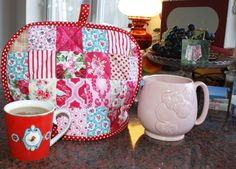 Patchwork Teacosy by Adaliza Free Website, Pretty In Pink, Diaper Bag, Color Schemes, Sewing Projects, Patches, Tea, Quilts, Create