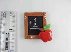 Esto es un objeto de arcilla de polímero hecho a mano.  Se puede utilizar en:   ♥ el imán. Nevera u Oficina  ♥ libro de recuerdos adorno.  Topper de