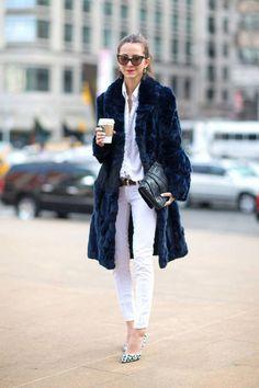 Acheter la tenue sur Lookastic: https://lookastic.fr/mode-femme/tenues/manteau-de-fourrure-chemise-de-ville-jean-skinny-escarpins-pochette-ceinture-lunettes-de-soleil/1852   — Jean skinny blanc  — Lunettes de soleil brunes  — Chemise de ville blanche  — Ceinture en cuir brune foncée  — Pochette en cuir noire  — Escarpins en cuir imprimés léopard blancs  — Manteau de fourrure bleu marine