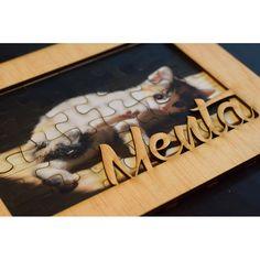 Marco de fotos de madera con tu nombre cortado a láser. 2brain.es
