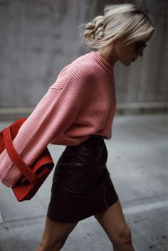 Street Style: A mini skirt with a pink sweater . - By The Way Couture - - Street Style : Une mini-jupe avec un pull rose… Mini high waist skirt, high blousing . Mode Outfits, Fall Outfits, Fashion Outfits, Womens Fashion, Fashion Trends, Fashion Ideas, Skirt Outfits, Fashion Tips, Tight Skirt Outfit